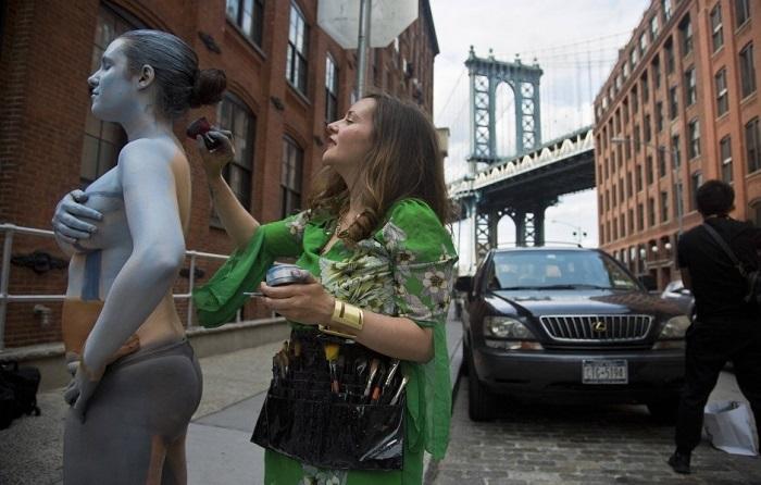 Девушка, замаскированная под Бруклинский мост.