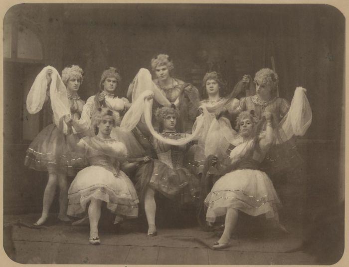 Танцоры балета в женских нарядах, ок. 1887 г.