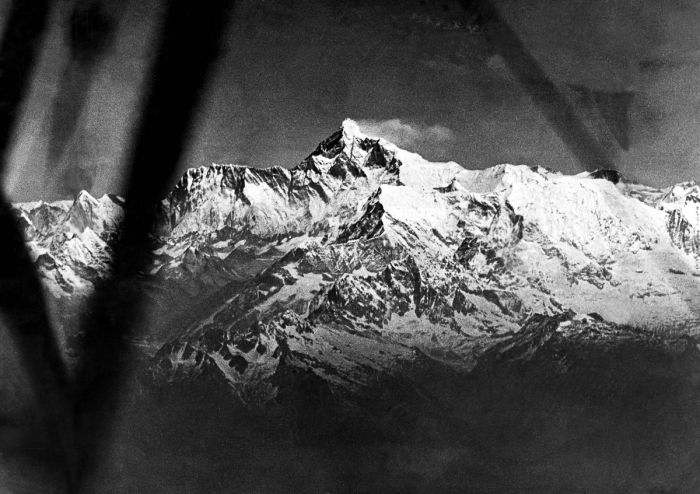 Первый полет над Эверестом был совершен в 1933 году.