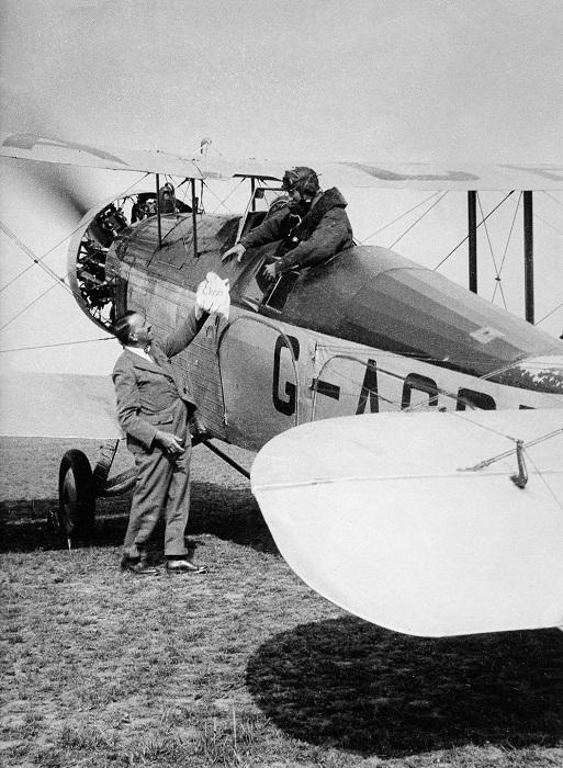 Пилот принимает пакет с надписью «Everest mail». 3 апреля 1933 года.