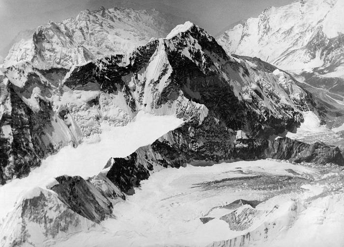 Джомолунгма - самая высокая вершина в мире.