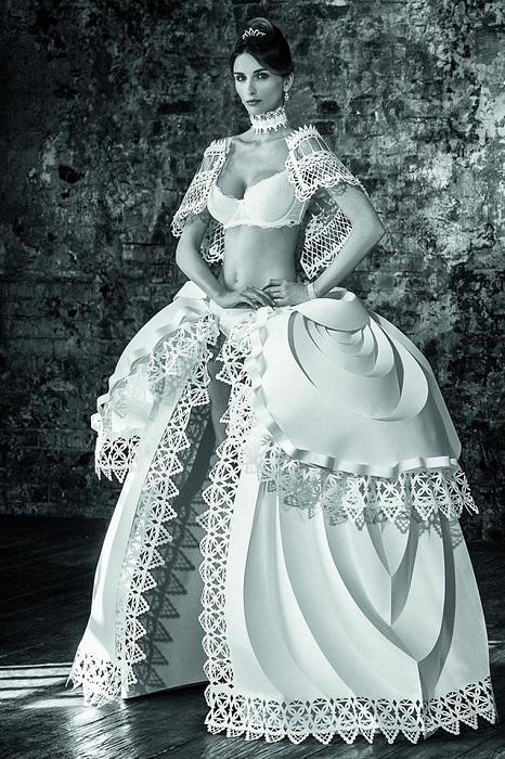 Удивительное платье, вырезанное из обычной бумаги.