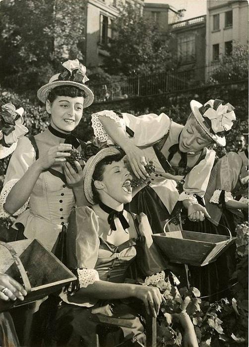 Ретро-снимок танцовщиц из кабаре на фестивале вина. 1950-е гг.