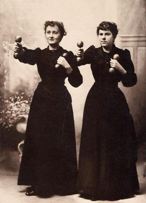 Занятия женщин с гантелями. | Фото: 4th.com.ua.