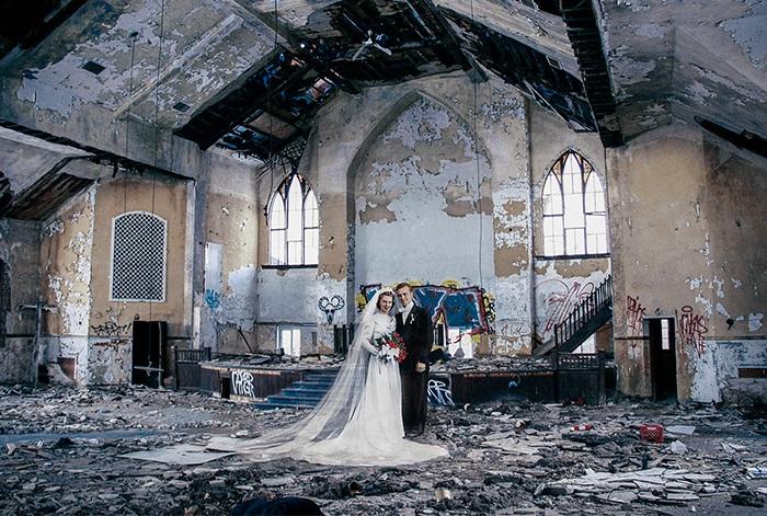 Образы прошлого на фоне полуразрушенных зданий.