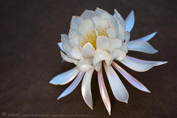 Шпилька для волос, сделанная в виде цветка.