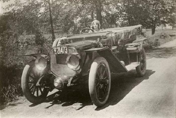 Флоренс Лоуренс за рулем автомобиля Lozier. | Фото: vintag.es.