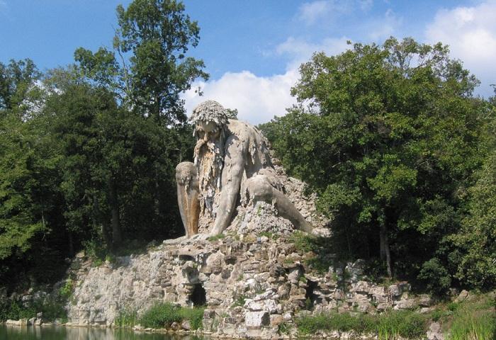 Апеннинский колосс - статуя из горной породы 16 века.