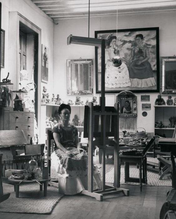 Фрида Кало в ее мастерской в Мексике.   Фото: messynessychic.com.