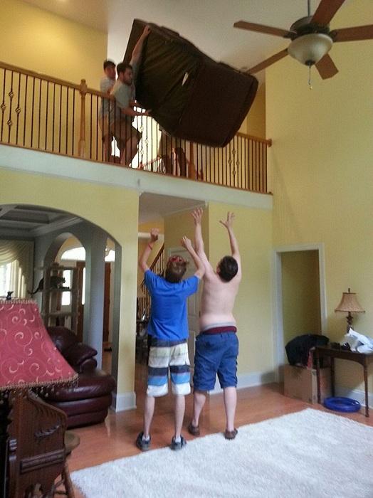 Парни снизу надеются, что удержат падающий диван.