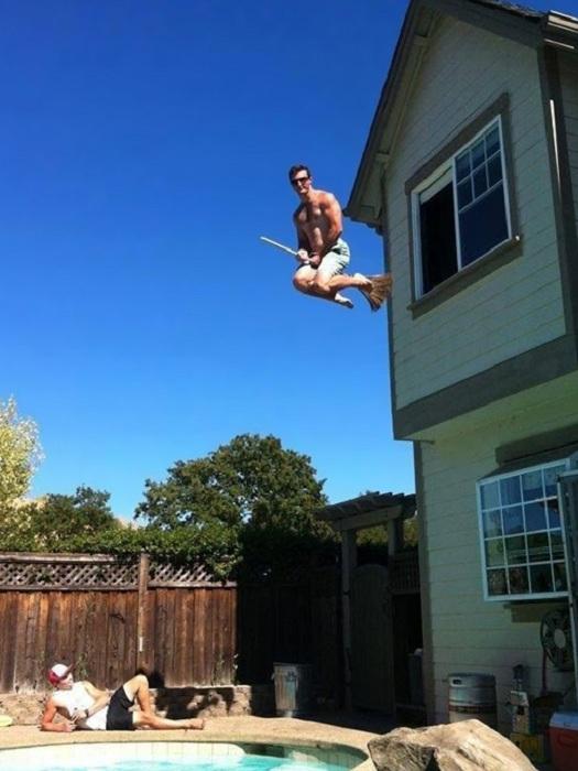 Парень прыгает в бассейн не глядя.
