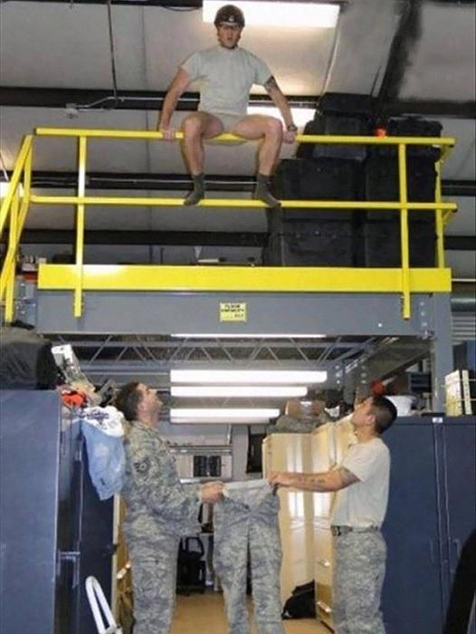 Солдат надеется, что прыгнет именно в штаны, а не мимо.