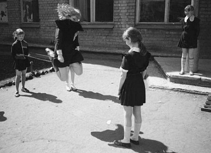 В СССР и 90-х девочки любили прыгать в резиночки. | Фото: im9.asset.yvimg.kz.