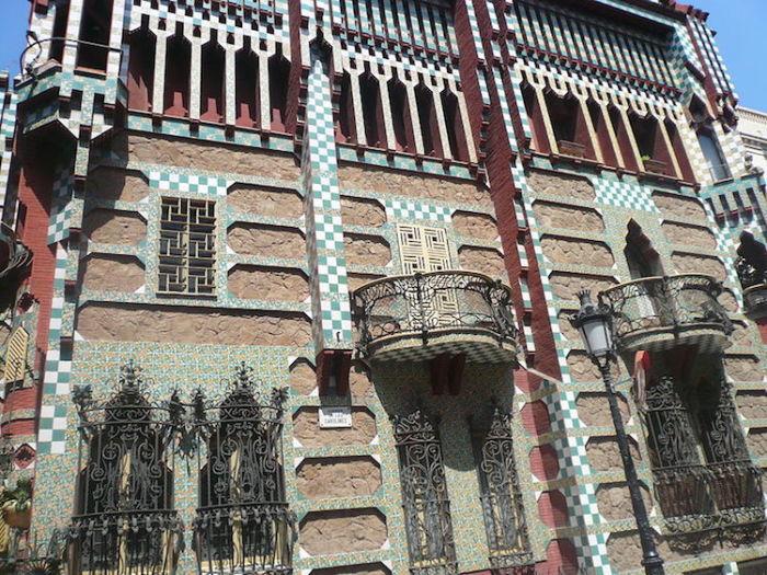 Дом Висенс - первое строение Гауди в стиле модерн. | Фото: mymodernmet.com.