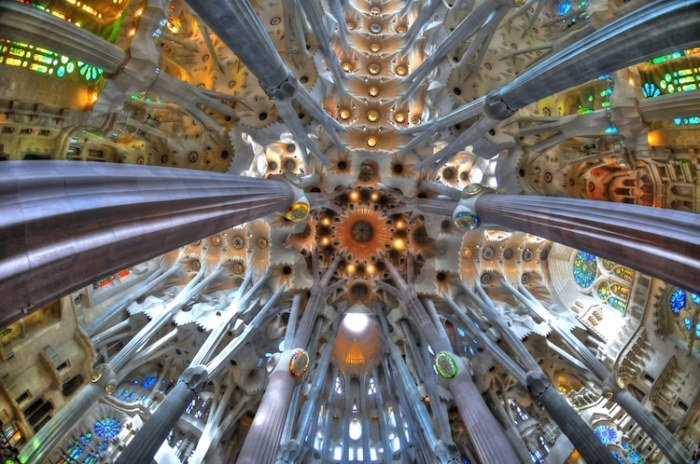Храм Святого Семейства. Потолок. | Фото: mymodernmet.com.