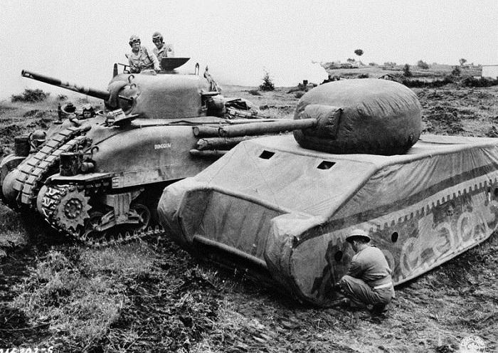 Надувные танки, имитирующие многочисленность войск.