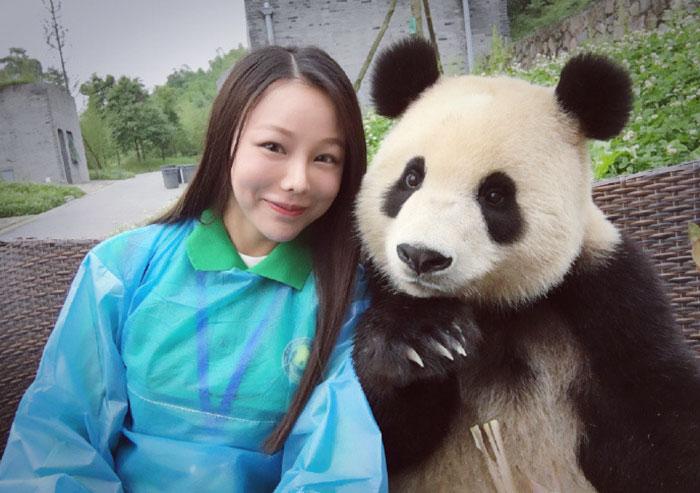 Эта гигантская панда обожает делать селфи.