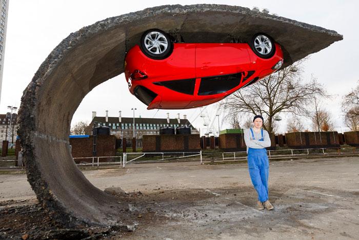 Перевернутый автомобиль от скульптора Alex Chinneck.
