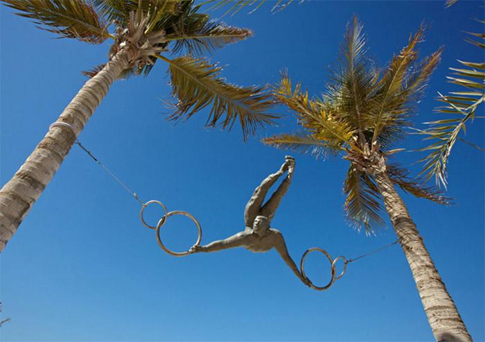 Гимнаст, застывший в воздухе от скульптора Jerzy Kedziora.