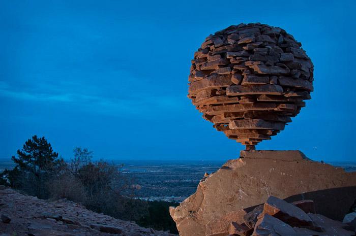Одна из многочисленных удивительных скульптур ленд-арта от художника Michael Grab, сложенная из камней.