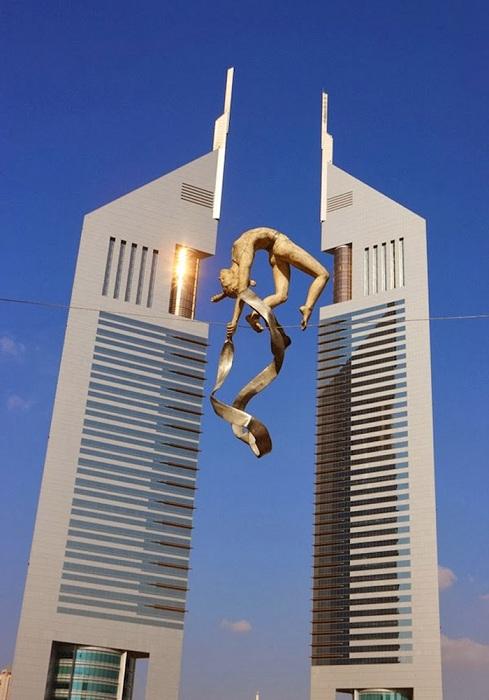 Эта скульптура от Jerzy Kedziora находится в Саду скульптур Энн Нортон в Уэст-Палм-Бич штата Флорида.