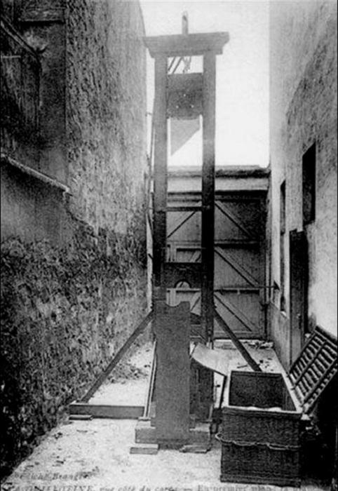 Одна из первых сконструированных гильотин. | Фото: storyfiles.blogspot.com.