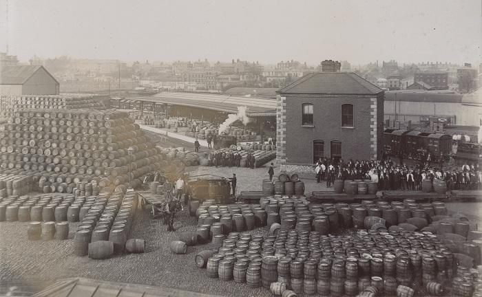 Бочки с пивом марки Guinness. Снимок начала XX века. | Фото: census.nationalarchives.ie.