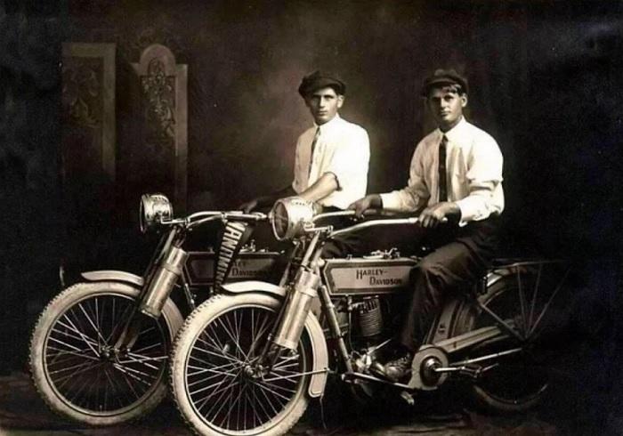 Молодые люди на мотоциклах Harley-Davidson, 1914 год. | Фото: itd0.mycdn.me.