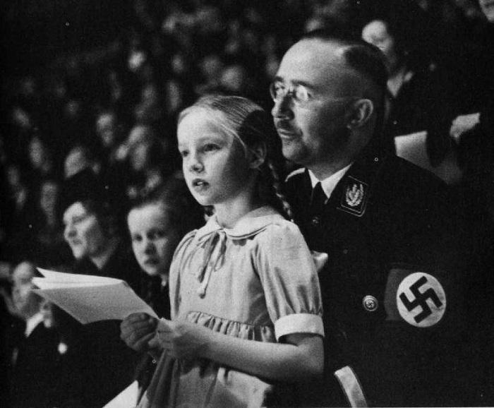 Генрих Гиммлер со своей дочкой. Берлин, 1938 год. | Фото: 40.media.tumblr.com.