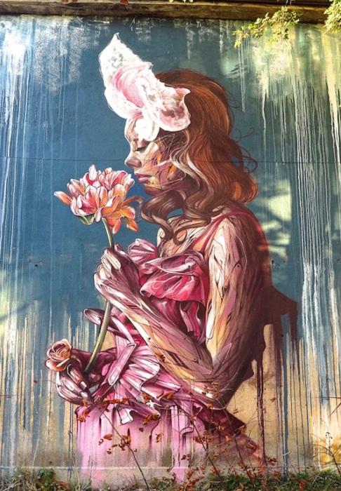 Яркое изображение девушки с цветком на улицах огорода Гдыня (Польша).
