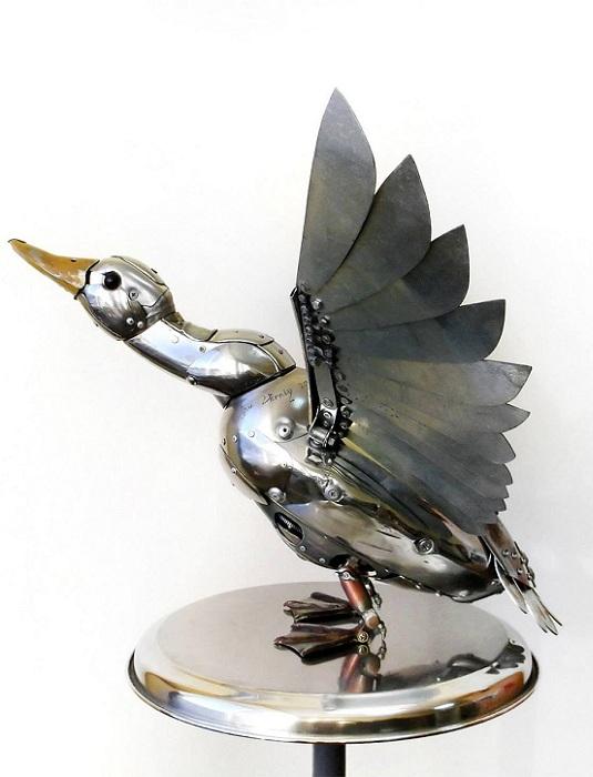 Утка, собранная из металлолома.