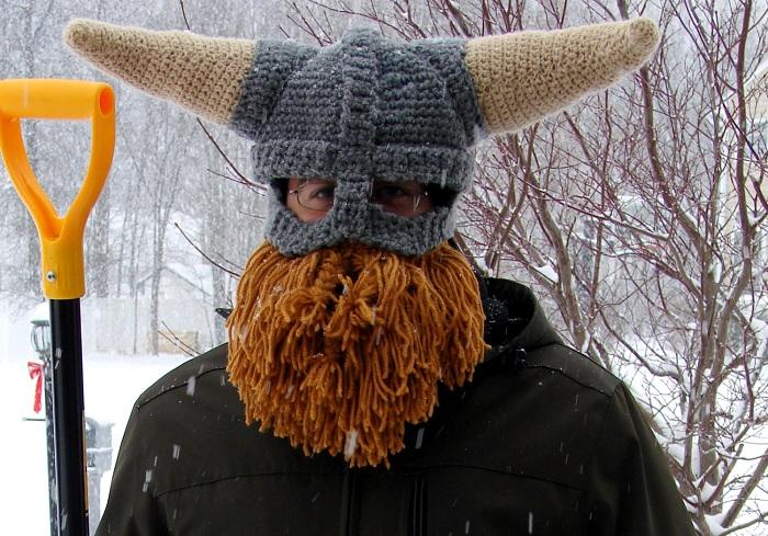 Шапка в виде шлема викинга с бородой.