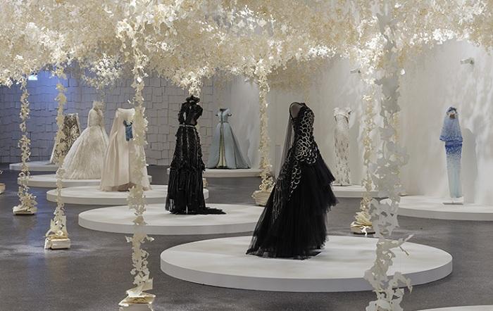 Бумажная арт-инсталляция, обрамляющая платья от Karl Lagerfeld.