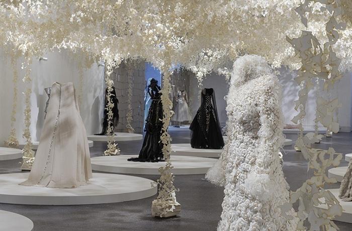 Лучшие наряды от Карла Лагерфельда в обрамлении бумажной инсталляции.