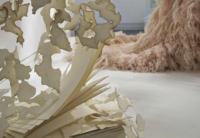 Аппликации, вырезанные вручную для выставки нарядов от Карла Лагерфельда.