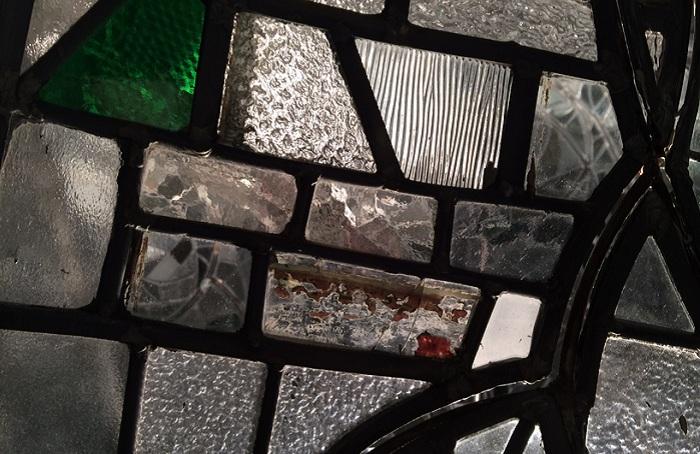 «Пламя», сделанное из кусочков битого стекла.