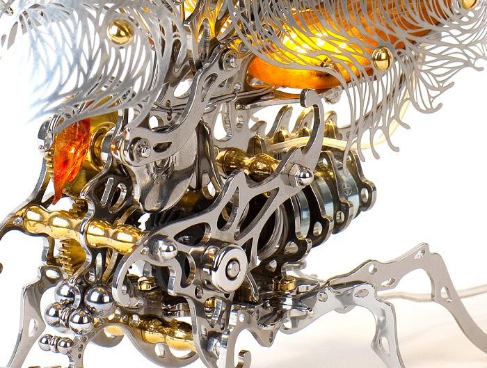 Кинетическая скульптура со сложным механизмом внутри.