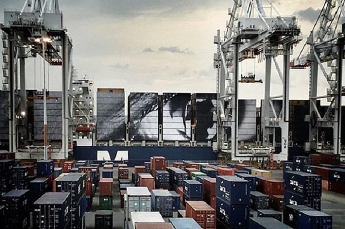 Процесс создания изображения женских глаз на судовых контейнерах.
