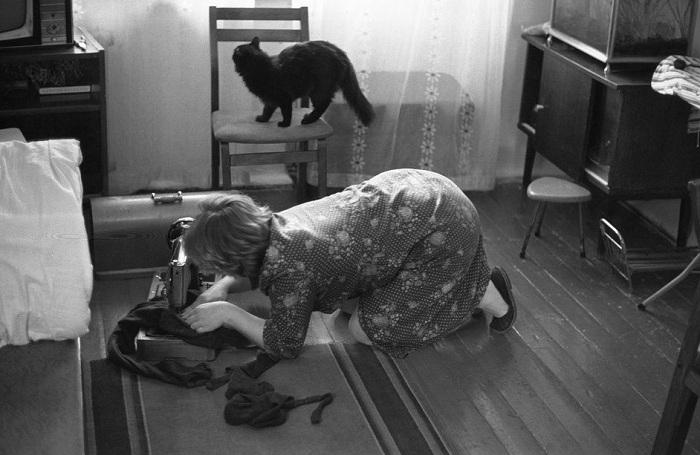 Женщина штопает колготки на швейной машинке. | Фото: wtf.jpg.wtf.