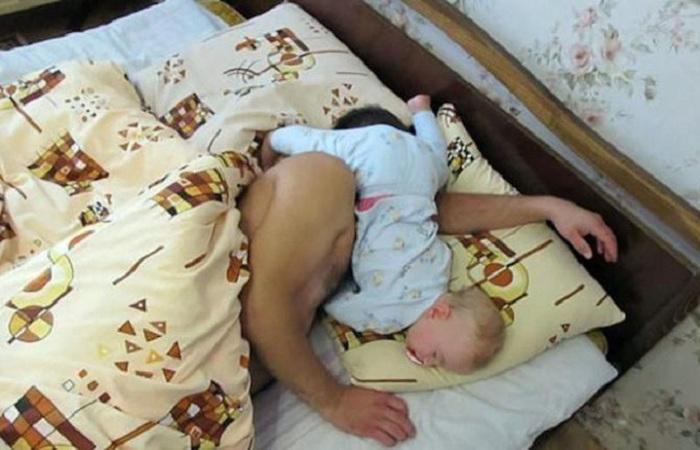 Теперь в родительской кровати самый главный – это малыш.