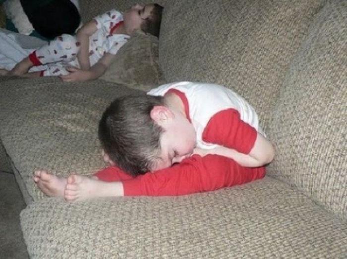 Ребенок уснул, сложившись вдвое.