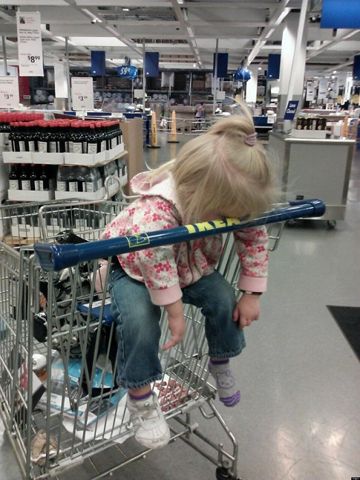 Малышка не выдержала похода за покупками.