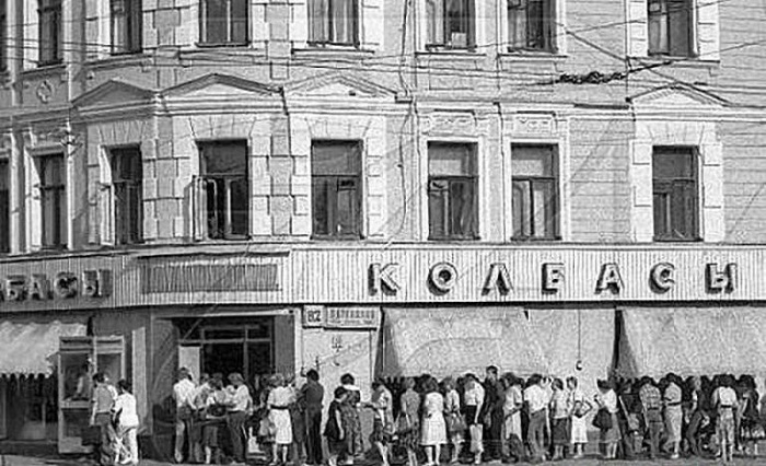 Очередь за колбасой. | Фото: agonia-ru.com.