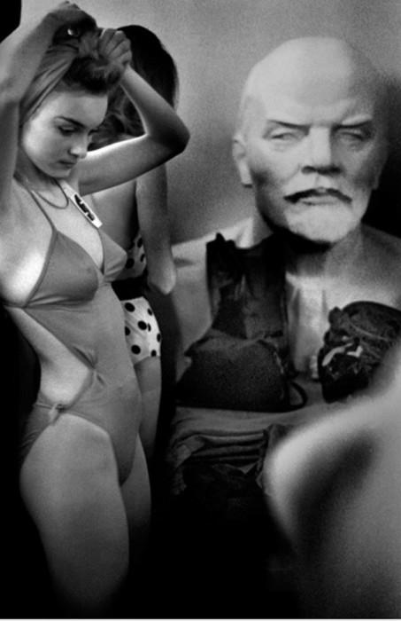 Неизменная советская символика в образе Ленина за кулисами конкурса красоты 1988 года.