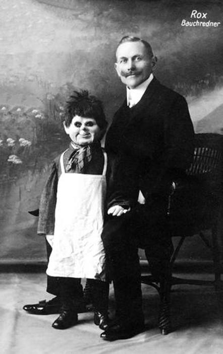 Жуткая «говорящая» кукла и ее хозяин-чревовещатель. | Фото: dlyakota.ru.