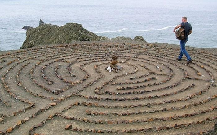 Каменный лабиринт на берегу моря. | Фото: yaplakal.com.