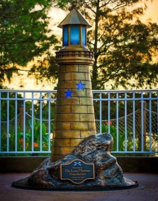 Памятник мальчику, убитому аллигатором. | Фото: tjournal.ru.