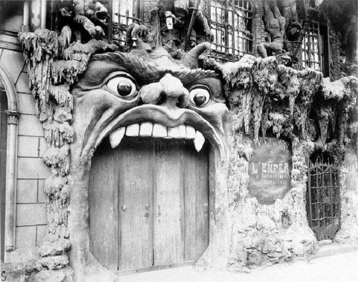 Вход в кабаре Cabaret de l'Enfer. | Фото: coolstuffinparis.com.