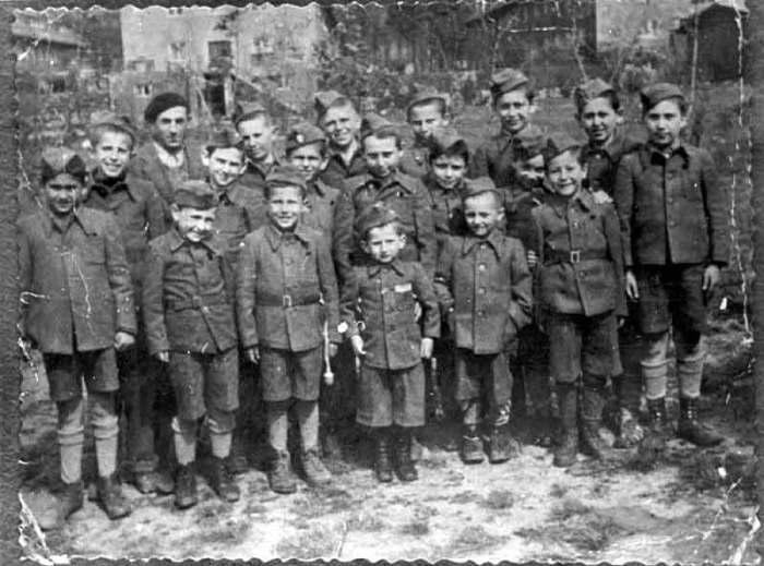 Юзеф (в центре на первом плане) с другими детьми из Бухенвальда после освобождения. | Фото: yadvashem.org.