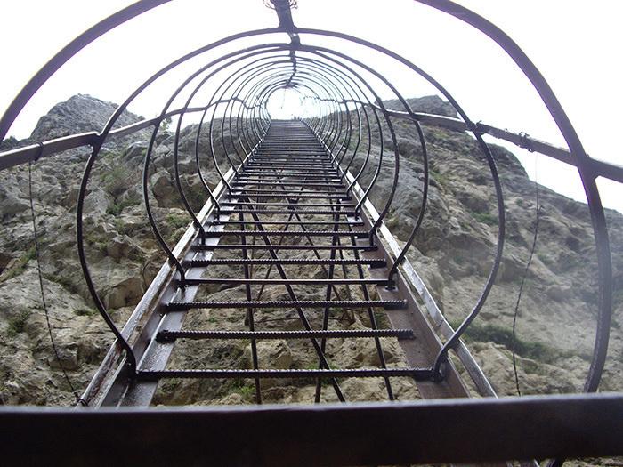 40-метровая лестница к вершине столпа Кацхи. | Фото: lifebuzz.com.